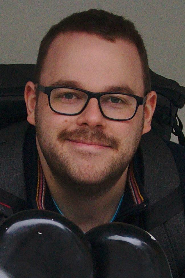 Portrait von Markus, aufgenommen Ende 2019 (weiße Hautfarbe, schwarze Brillenfassung, braune Haare und Bart)